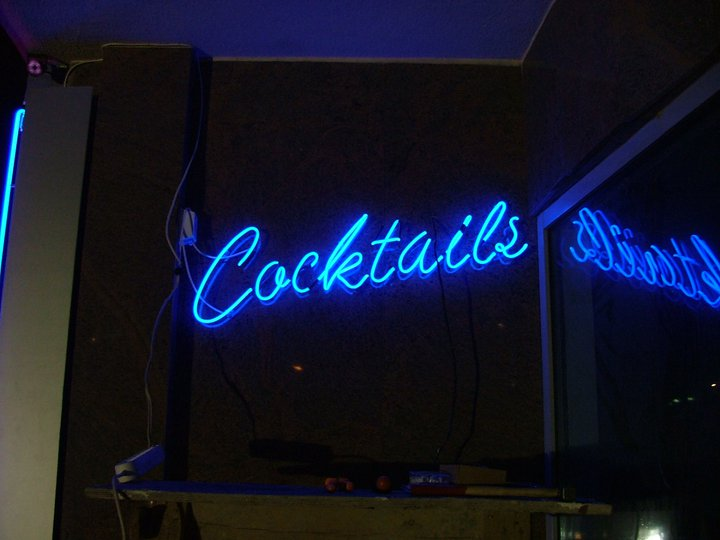 Неонов надпис Cocktails