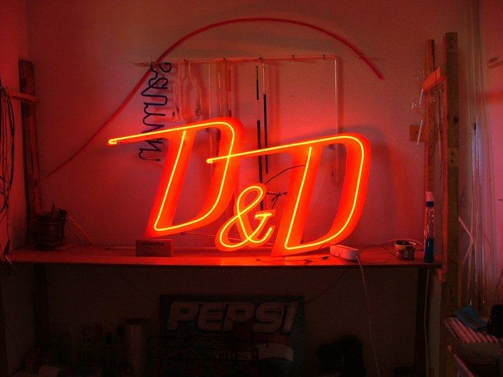 Неонов надпис D&D
