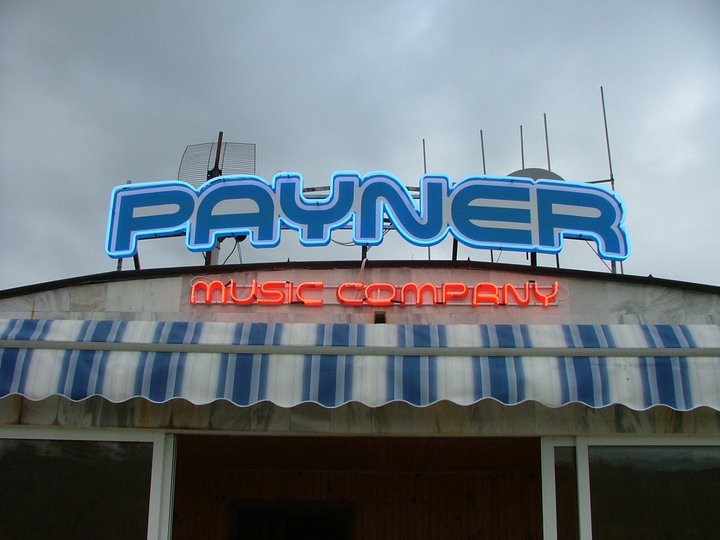 Неоново лого на музикална компания Payne