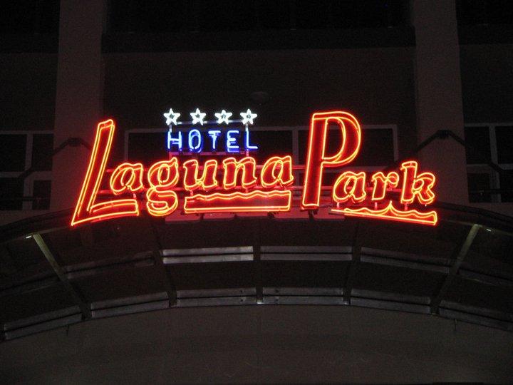 Неонов надпис Hotel-Laguna Park