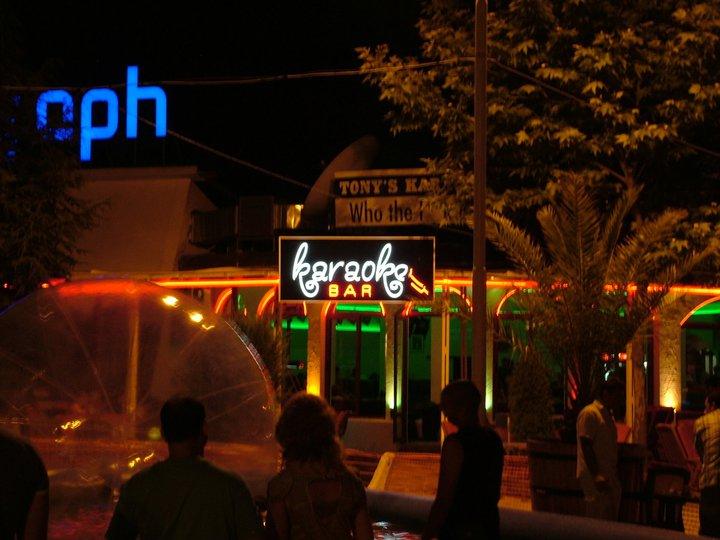 """Неонов надпис """"Karaoke bar"""""""