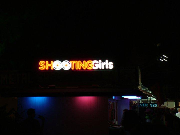 Неонов надпис Shooting girls