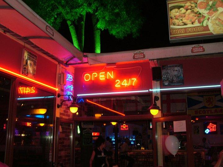 """Неонов надпис """"Open 24/7"""""""