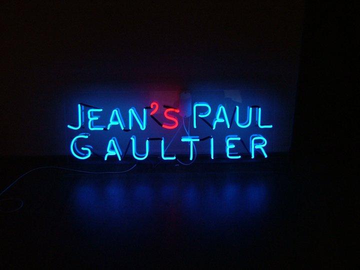 НЕОНОВ НАДПИС JEAN'S PAUL GAULTIER