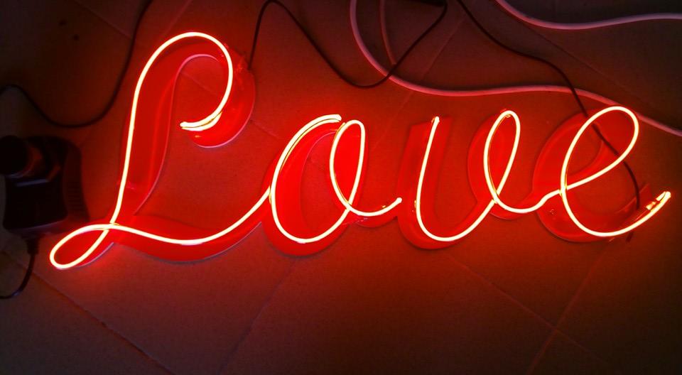"""Неонов надпис """"Love"""""""