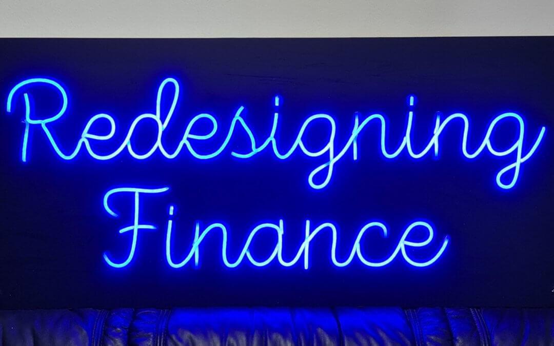 Неонов надпис Redesigning Finance