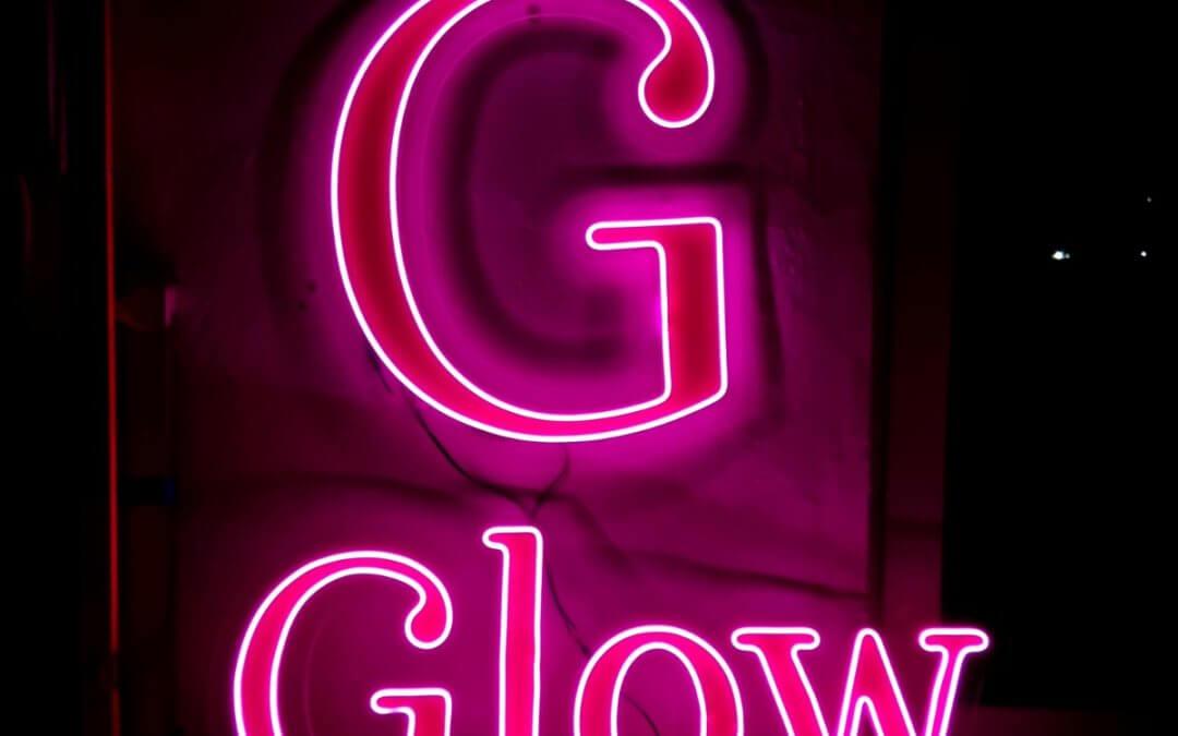 Неонов надпис GLOW